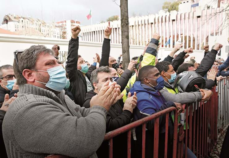 Trabalhadores protestaram em frente ao Ministério da Habitação e das Infraestruturas, em Lisboa, e prometem continuar com as manifestações até a situação ficar resolvida