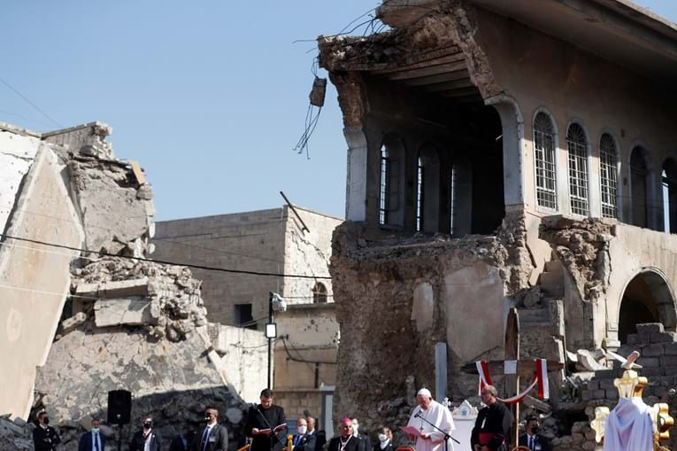 Papa visita Mossul, no Iraque, e reza pelas vítimas da guerra jihadista