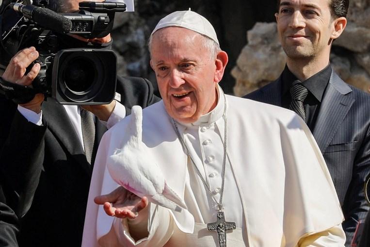 Papa Francisco lança pomba, símbolo da paz