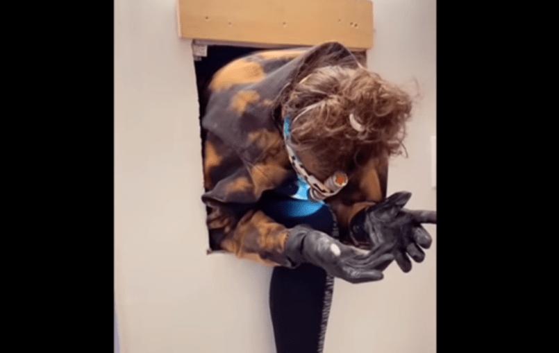Mulher descobre apartamento secreto atrás do espelho da casa de banho
