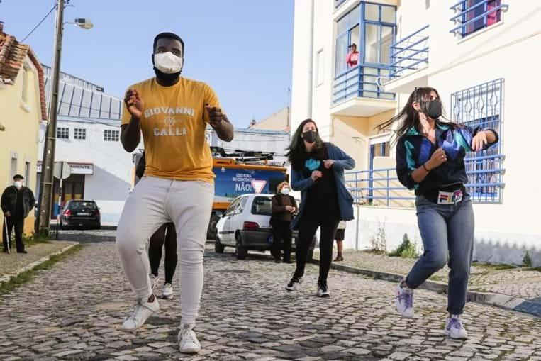 Jovens Kuduristas da Caparica combatem solidão dos idosos com dança e afetos