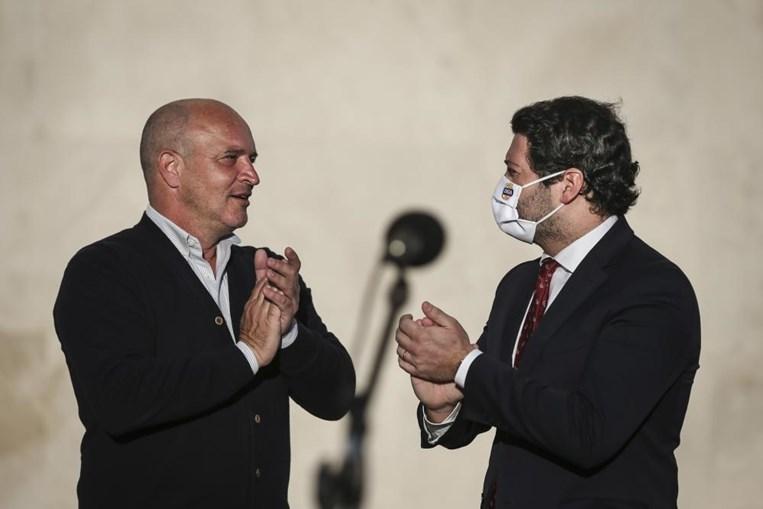 O Presidente do Partido Chega! André Ventura (D), cumprimenta Nuno Graciano (E) após a sua apresentação da candidatura à Câmara Municipal de Lisboa pelo partido Chega!, em Lisboa, 16 de março de 2021