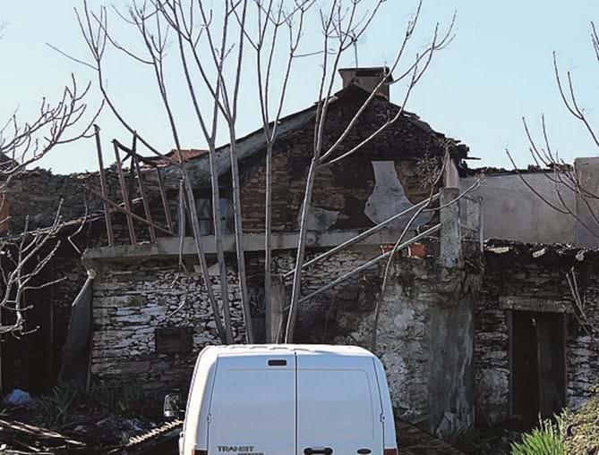 Casa degradada onde vivia  a vítima mortal, natural do Porto