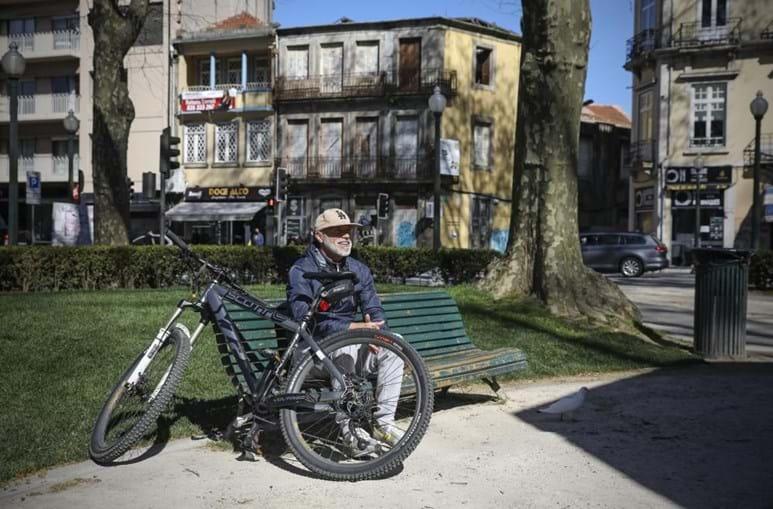 Bancos de jardins do Porto cheios de pessoas a usufruir de sol e liberdade