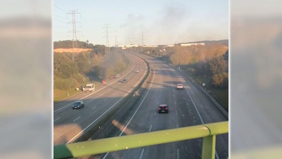 Carro arde junto às portagens na A2