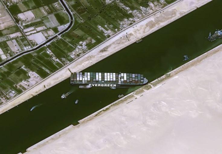 Navio Ever Given encalhado no Canal do Suez