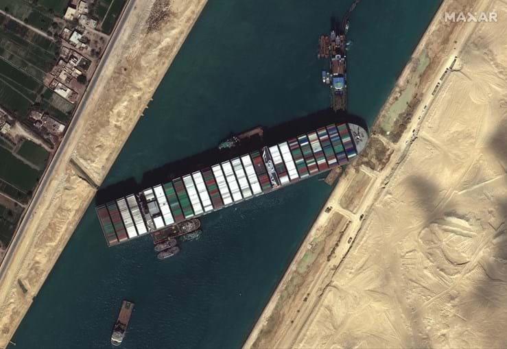 Imagem de satélite mostra o 'Ever Given' atravessado no Canal do Suez