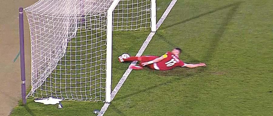 Bola passou a linha de golo, mas árbitro não validou