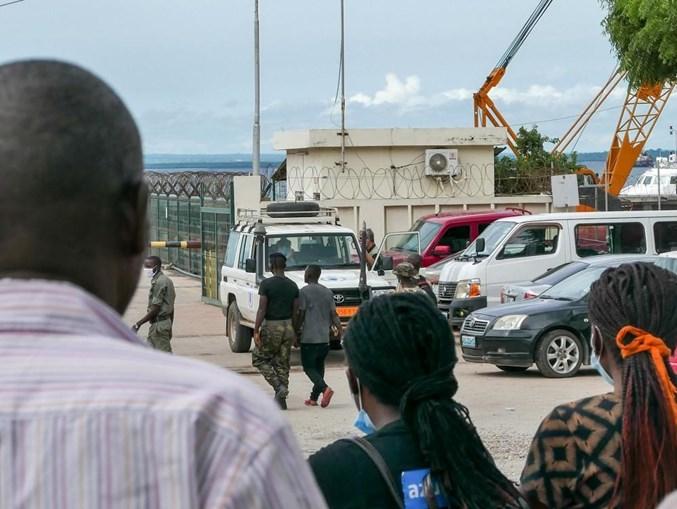 População de Pemba junta-se no porto à chegada dos deslocados dos ataques armados.