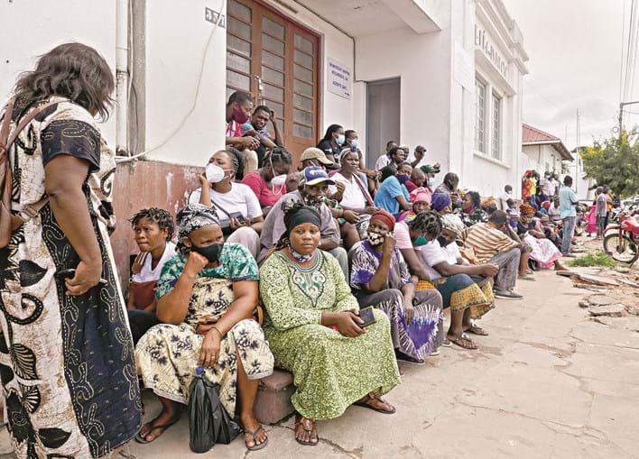 Centenas de pessoas aguardam em Pemba por notícias de familiares e amigos