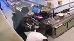 Dupla armada agride funcionários durante assalto violento a pastelaria em Almada e coloca-se em fuga