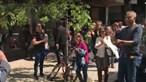 Sem máscara, beijos e abraços: 12 detidos em manifestação de negacionistas em Lisboa. Veja as imagens