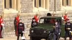 Caixão do príncipe Filipe segue para capela no Land Rover que modificou antes de morrer. Veja em direto