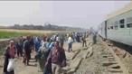 Descarrilamento de comboio faz vários feridos no Egito. Veja as imagens