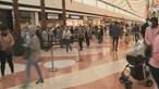 Longas filas marcam reabertura dos centros comerciais. Veja as imagens