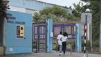 Funcionário proíbe uso de meias com chinelos em escola do Seixal