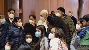 Papa Francisco saúda sem-abrigo vacinados no Vaticano
