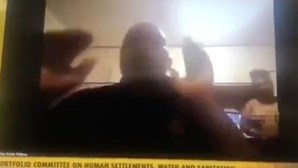 Político mostra mulher nua no Zoom por acidente durante reunião parlamentar