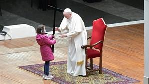 Papa Francisco preside à Via Sacra acompanhado por crianças nas celebrações da Sexta-Feira Santa. Veja as imagens