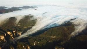 Deslumbrante 'mar de nuvens' cobre cidade na China após chuvas