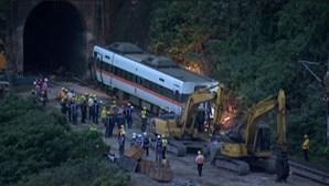 Equipa de resgate de Taiwan trabalha para retirar destroços do acidente ferroviário