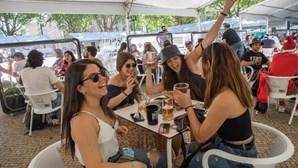 Os reencontros, as cervejas nas mãos e um regresso a um novo normal: As imagens da reabertura das esplanadas no País