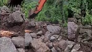 Deslizamentos de terra e pedras destroem casas após ciclone tropical atingir a Indonésia
