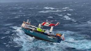 Vídeo mostra resgate de tripulação de cargueiro à deriva na Noruega