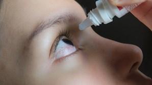 Mulher mete cola das unhas nos olhos em vez de gotas para alergia e vai parar ao hospital