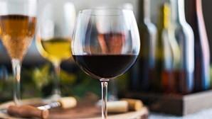 Anda a consumir muito álcool? Conheça os sinais que o seu corpo lhe dá e saiba se está na hora de reduzir