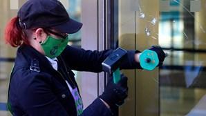 Ativistas pelo clima partem vidros de banco em Londres