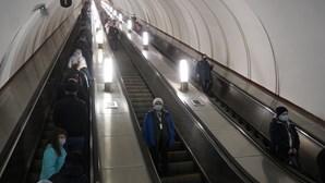 Cidade no Japão proíbe subir ou descer degraus nas escadas rolantes