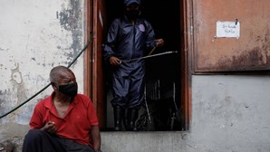 Cartazes identificam casas de pessoas com teste positivo à Covid-19 na Venezuela