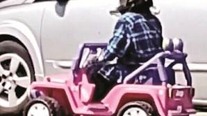 Mulher filmada a conduzir carrinho elétrico de criança em estrada movimentada nos EUA