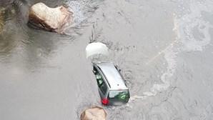 GNR herói salva mulher de carro a afundar após despiste no rio Mondego. Veja as imagens
