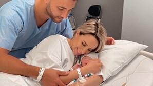 Helena Coelho recebe a filha nos braços após 24 horas em trabalho de parto