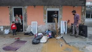 Enxurrada inunda lojas e granizo destrói culturas no centro do País