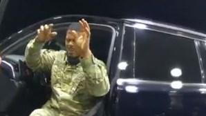Polícia pára à mão armada e pulveriza com gás pimenta militar do Exército nos EUA