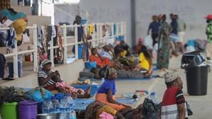 """Crianças que fogem da violência em Moçambique ao mínimo barulho gritam """"arma"""""""