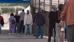 Idosos esperam em fila para tomar vacina da Covid em Oeiras