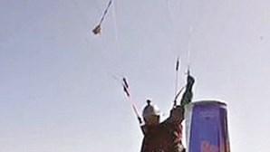 Paraquedista apanha lata de refrigerante no chão a 90 Km/h em Barcelona
