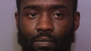 Homem morde, bate e aperta filho da namorada até à morte porque criança urinou no sofá