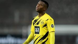 Futebolista prodígio do Dortmund tranca ex-namorada em casa. Polícia obrigada a intervir