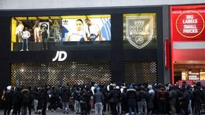 Lojas, ginásios e bares reabrem no Reino Unido e já há longas filas para as compras. Veja as imagens
