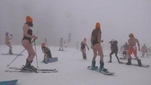 Russos desafiam o frio e fazem ski de biquíni e calções de banho