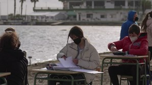 Aulas na praia: a solução de uma escola espanhola para manter o distanciamento físico devido à Covid