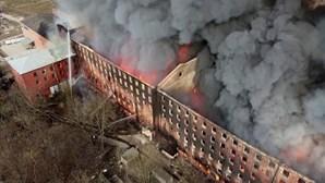 Bombeiro morre ao combater fogo em edifício histórico de São Petersburgo, na Rússia