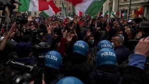 Comerciantes exigem reabertura dos estabelecimentos com violentos protestos em Roma