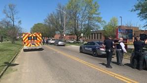 Aluno morre em tiroteio numa escola secundária em Knoxville, EUA