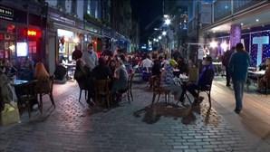 Londrinos enchem ruas do Soho na primeira noite com bares aberto
